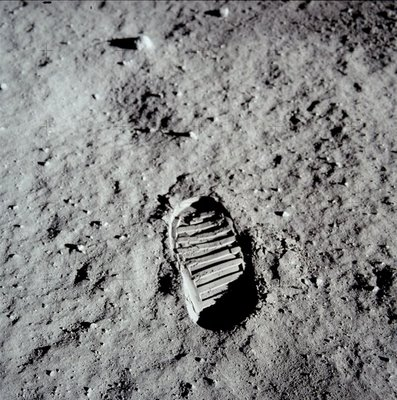 594px-Apollo_11_bootprint